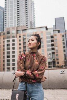 Блузка с цветами коричневая