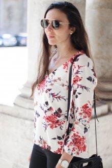 Блузка с цветами крупными