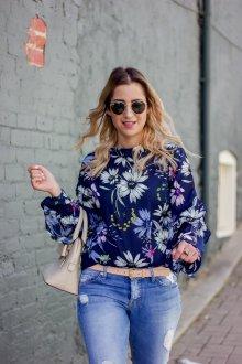 Синяя блузка с цветами крупными