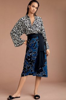 Блузка с цветами монохромная