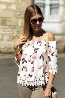 Блузка с цветами и кружевной отделкой