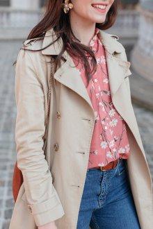 Блузка с цветами и с пальто