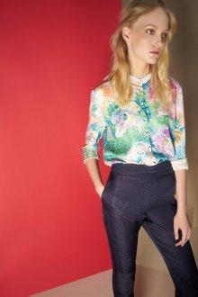 Блузка с цветами в пастельных тонах
