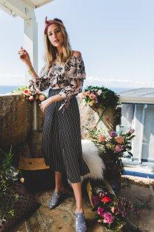 Блузка с цветами пудровая
