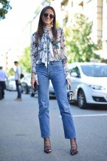 Блузка с цветами и шарфом