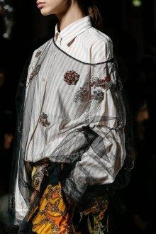 Блузка с цветами и стразами