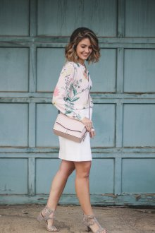 Блузка с цветами светлая