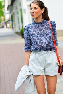 Блузка с цветами и рукавом три четверти