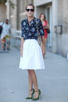Блузка с цветами и юбкой