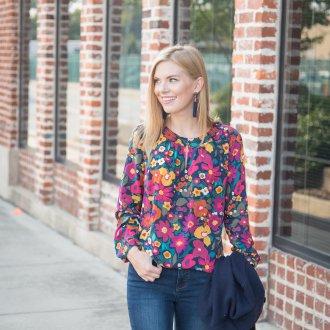 Блузка с цветами яркая