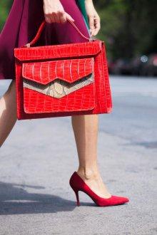 Бордовые туфли простые