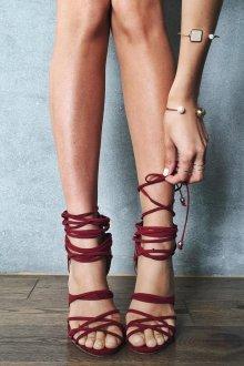 Бордовые туфли с ремешками