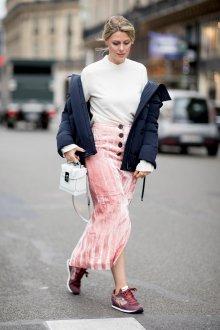 С чем носить розовые кеды