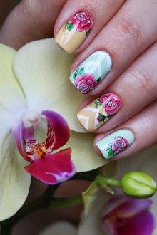 Маникюр с наклейками цветочными