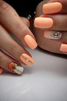 Маникюр с наклейками персиковый