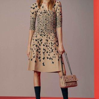 Бежевое платье с бабочками