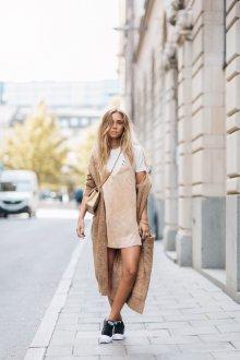 Бежевое платье в бельевом стиле короткое