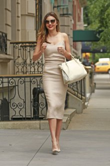 Бежевое платье в бельевом стиле облегающее