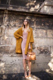 Бежевое платье в бельевом стиле пудровое