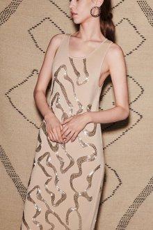 Бежевое платье с блестящим декором