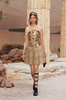 Бежевое платье с лифом