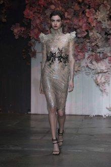 Бежевое платье блестящее миди