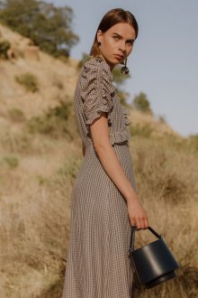 Бежевое платье клетчатое