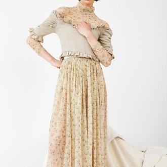 Бежевое платье с мелким принтом