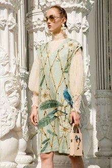 Бежевое платье модное