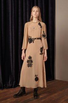 Бежевое платье с нашивками
