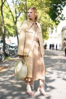 Бежевое платье с обувью и аксессуарами
