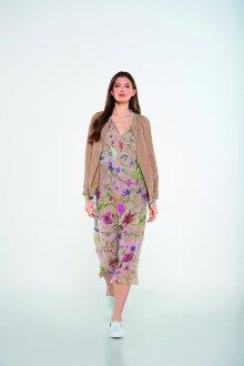 Бежевое платье с обувью лоферами