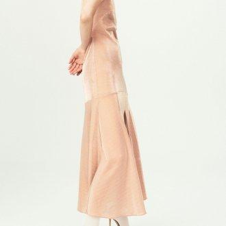 Бежевое платье с туфлями