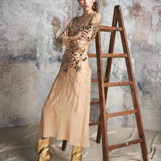 Бежевое платье с сапогами