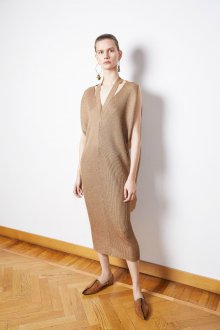 Бежевое платье шерстяное