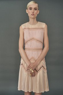 Бежевое платье со складками