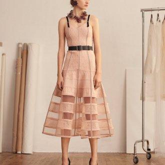 Бежевое платье стильное