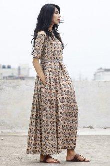 Бежевое платье с узором