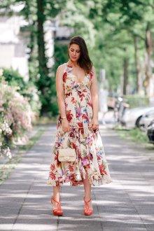 Бежевое платье яркое
