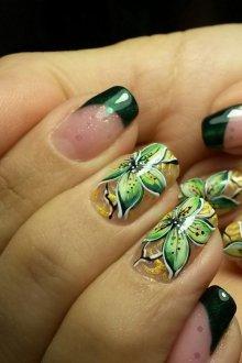 Зеленый маникюр цветочный