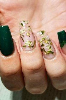 Зеленый маникюр на нарощенные ногти
