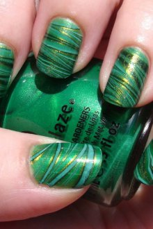 Зеленый маникюр с полосками