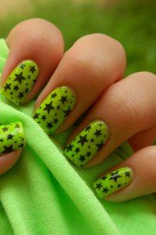 Зеленый маникюр со звездами
