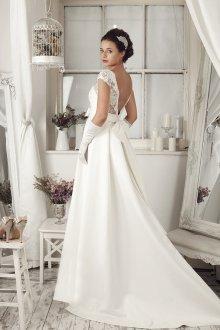 Атласное свадебное платье с перчатками