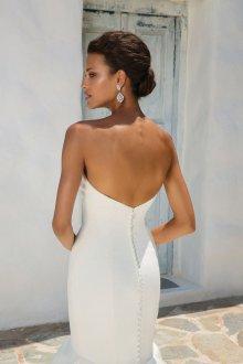 Атласное свадебное платье с серьгами