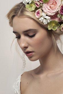 Атласное свадебное платье с аксессуарами