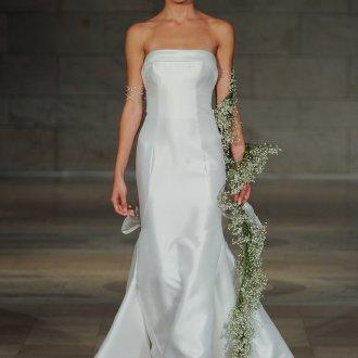 Атласное свадебное платье с букетом