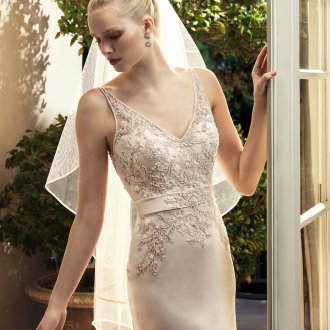 Атласное свадебное платье с фатой и цветами