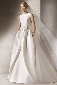 Атласное свадебное платье с бантом