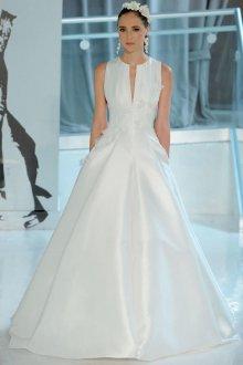 Атласное свадебное платье без рукавов